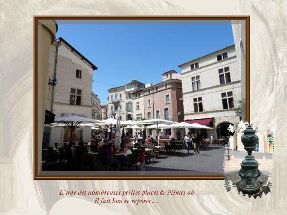 L'une des nombreuses petites places de Nîmes où