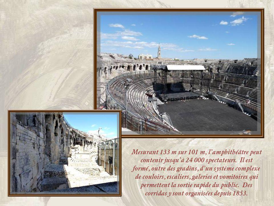 Mesurant 133 m sur 101 m, l'amphithéâtre peut contenir jusqu'à 24 000 spectateurs.