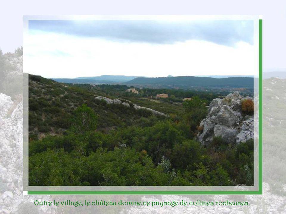 Outre le village, le château domine ce paysage de collines rocheuses.