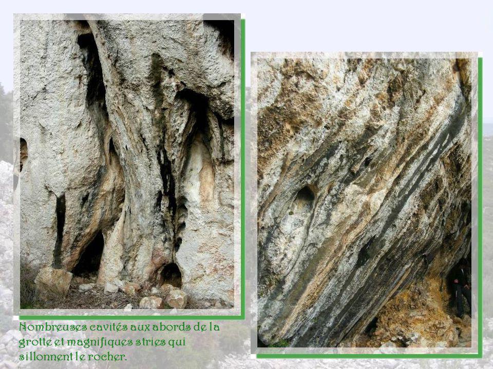 Nombreuses cavités aux abords de la grotte et magnifiques stries qui sillonnent le rocher.
