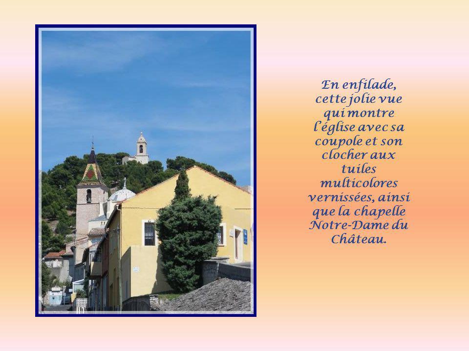 En enfilade, cette jolie vue qui montre l'église avec sa coupole et son clocher aux tuiles multicolores vernissées, ainsi que la chapelle Notre-Dame du Château.