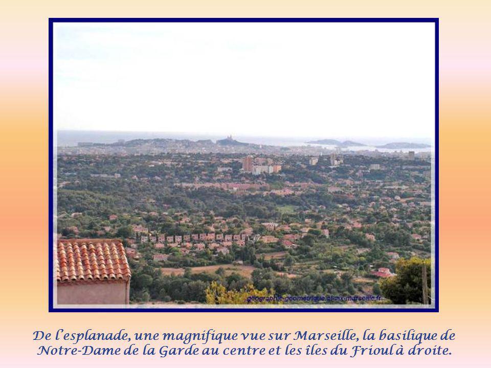 De l'esplanade, une magnifique vue sur Marseille, la basilique de Notre-Dame de la Garde au centre et les îles du Frioul à droite.
