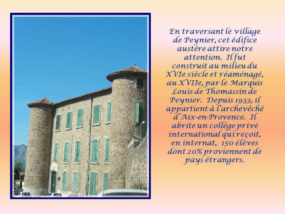 En traversant le village de Peynier, cet édifice austère attire notre attention.