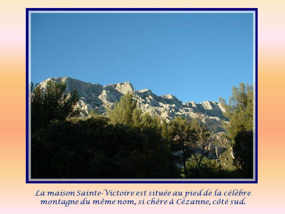 La maison Sainte-Victoire est située au pied de la célèbre montagne du même nom, si chère à Cézanne, côté sud.