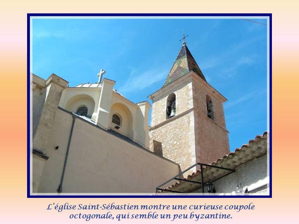 L'église Saint-Sébastien montre une curieuse coupole octogonale, qui semble un peu byzantine.