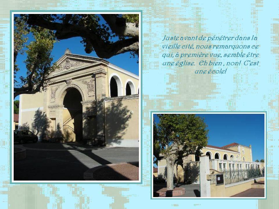 Juste avant de pénétrer dans la vieille cité, nous remarquons ce qui, à première vue, semble être une église.