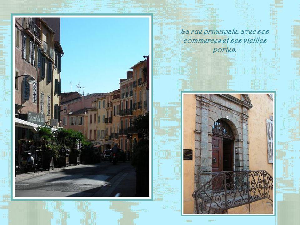 La rue principale, avec ses commerces et ses vieilles portes.