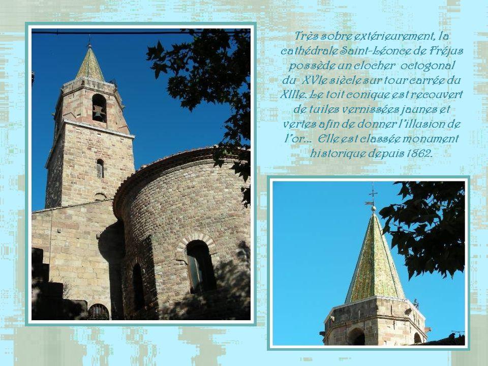Très sobre extérieurement, la cathédrale Saint-Léonce de Fréjus possède un clocher octogonal du XVIe siècle sur tour carrée du XIIIe.