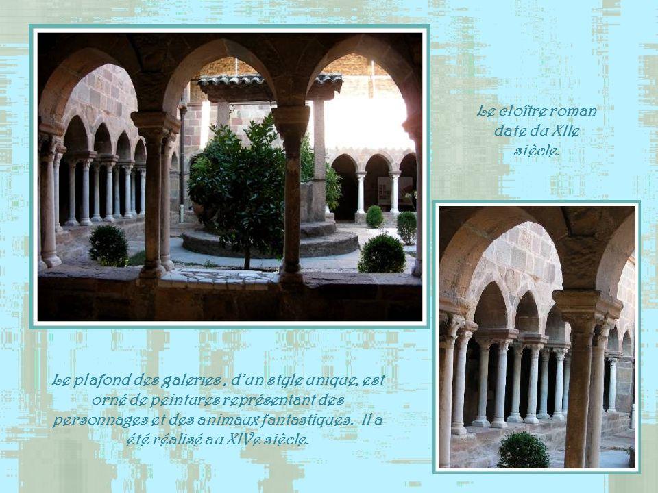 Le cloître roman date du XIIe siècle.