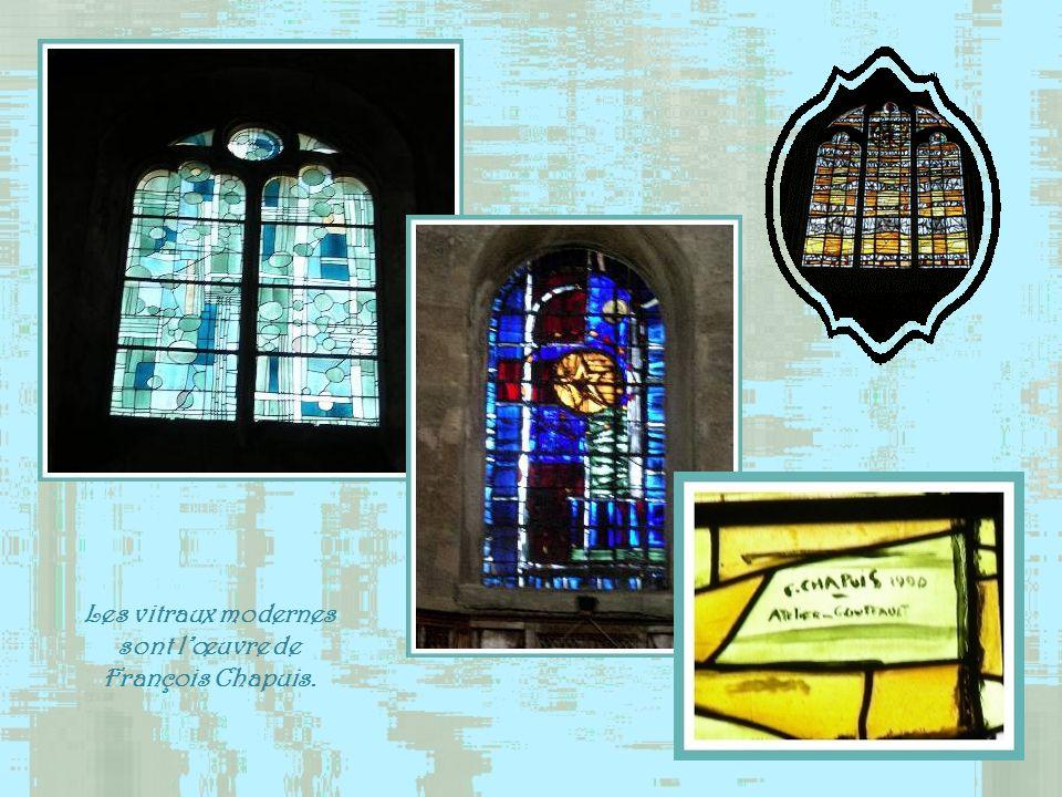 Les vitraux modernes sont l'œuvre de François Chapuis.