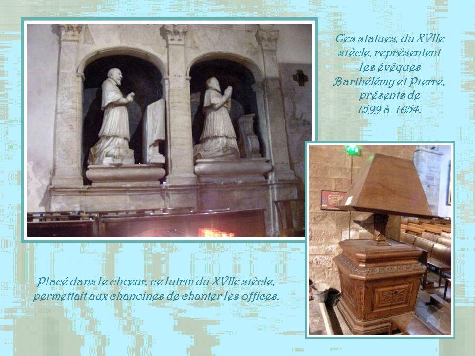 Ces statues, du XVIIe siècle, représentent les évêques Barthélémy et Pierre, présents de