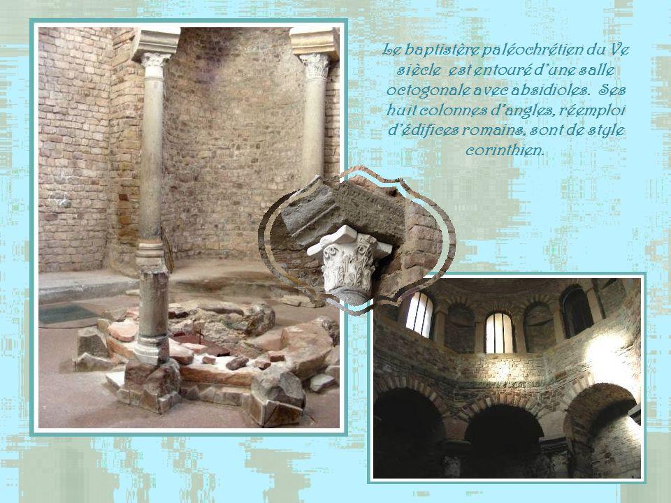 Le baptistère paléochrétien du Ve siècle est entouré d'une salle octogonale avec absidioles.