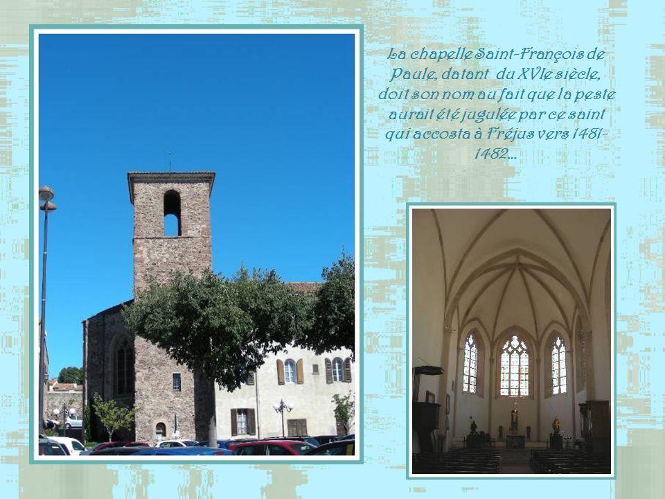 La chapelle Saint-François de Paule, datant du XVIe siècle, doit son nom au fait que la peste aurait été jugulée par ce saint qui accosta à Fréjus vers 1481-1482…