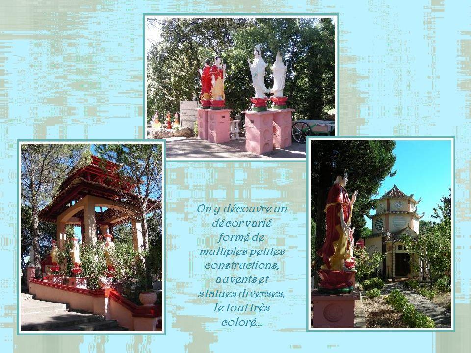 On y découvre un décor varié formé de multiples petites constructions, auvents et statues diverses, le tout très coloré…