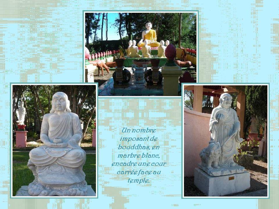 Un nombre imposant de bouddhas, en marbre blanc, encadre une cour carrée face au temple.
