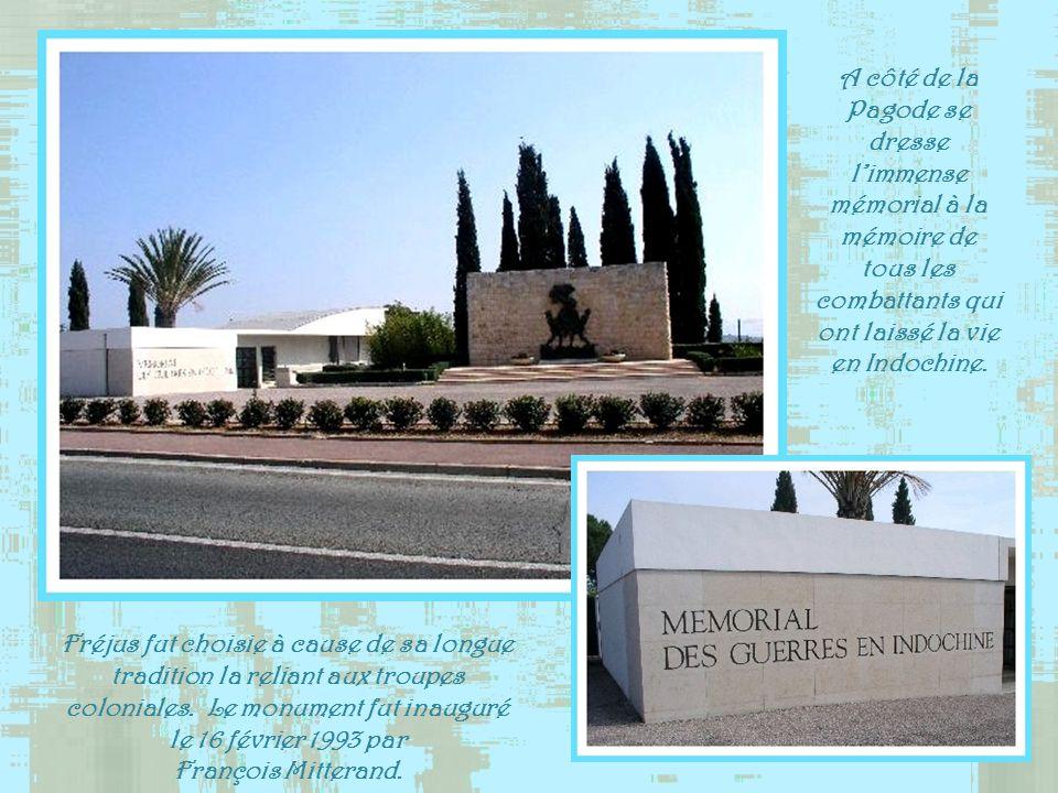 A côté de la Pagode se dresse l'immense mémorial à la mémoire de tous les combattants qui ont laissé la vie en Indochine.