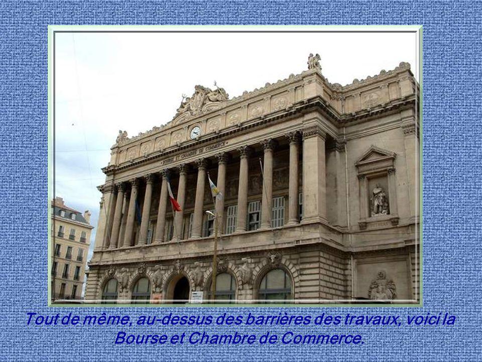 Tout de même, au-dessus des barrières des travaux, voici la Bourse et Chambre de Commerce.