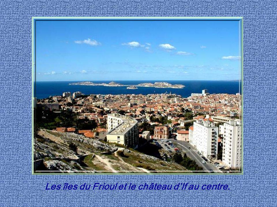 Les îles du Frioul et le château d'If au centre.