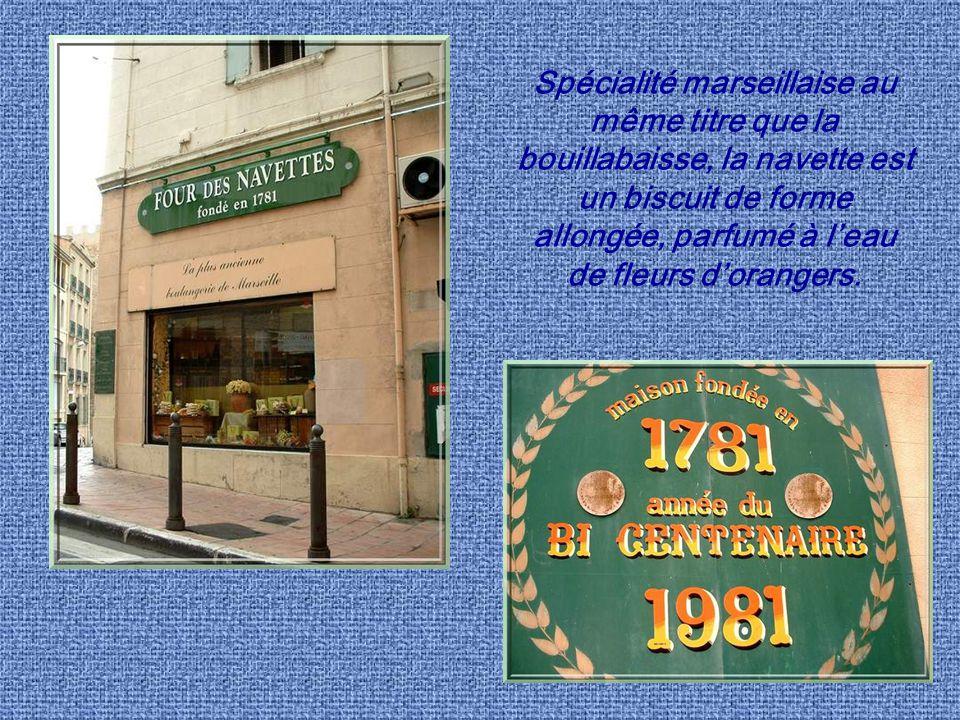 Spécialité marseillaise au même titre que la bouillabaisse, la navette est un biscuit de forme allongée, parfumé à l'eau de fleurs d'orangers.