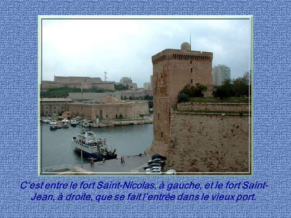 C'est entre le fort Saint-Nicolas, à gauche, et le fort Saint-Jean, à droite, que se fait l'entrée dans le vieux port.