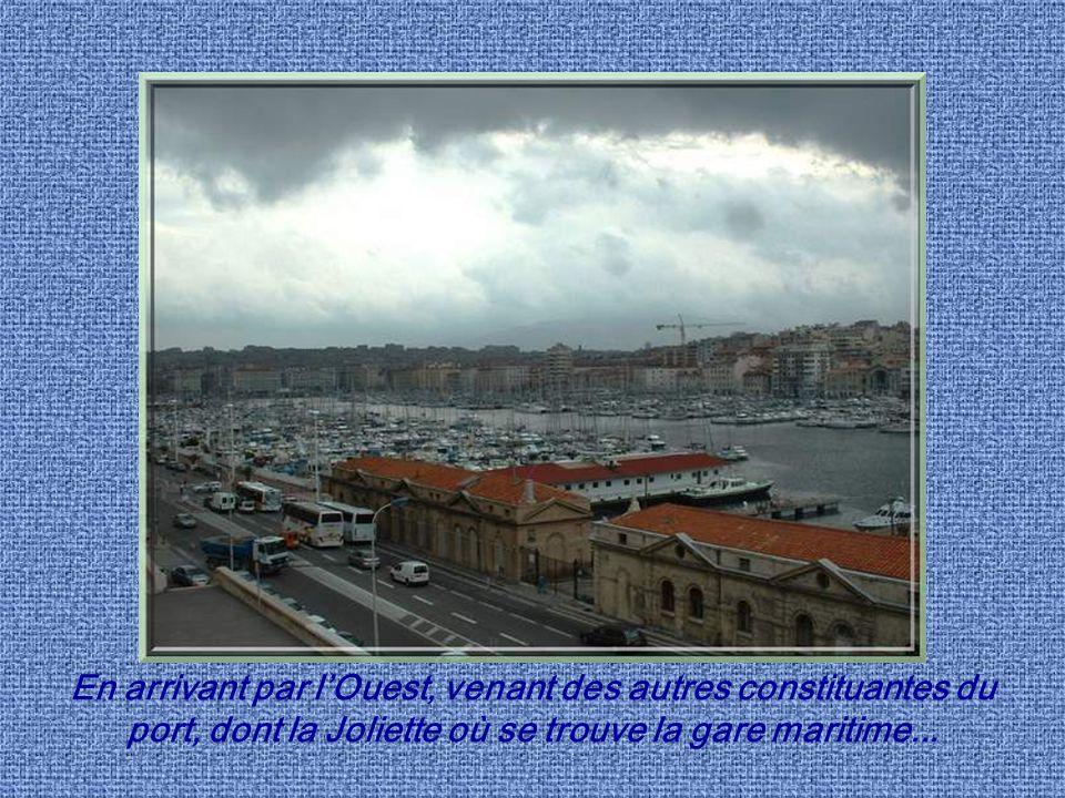 En arrivant par l'Ouest, venant des autres constituantes du port, dont la Joliette où se trouve la gare maritime...
