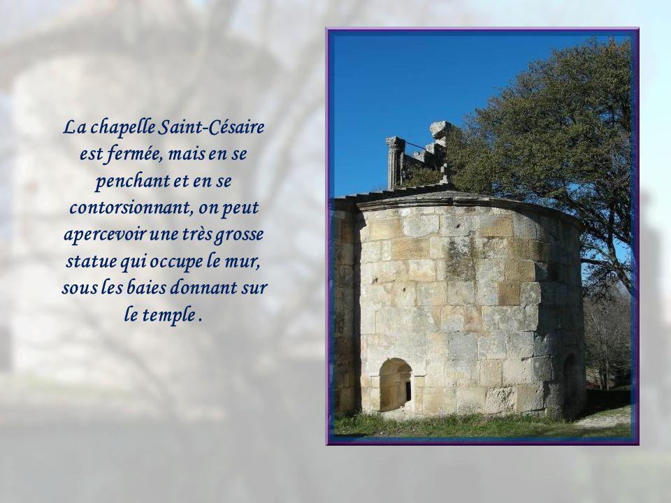 La chapelle Saint-Césaire est fermée, mais en se penchant et en se contorsionnant, on peut apercevoir une très grosse statue qui occupe le mur, sous les baies donnant sur le temple .