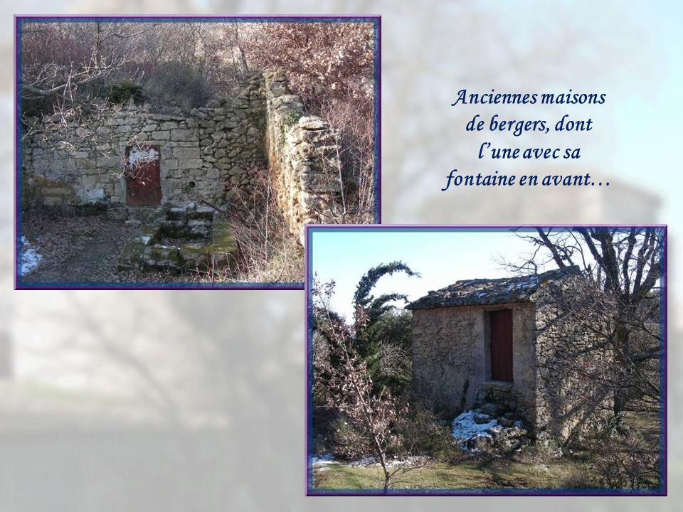 Anciennes maisons de bergers, dont l'une avec sa fontaine en avant…