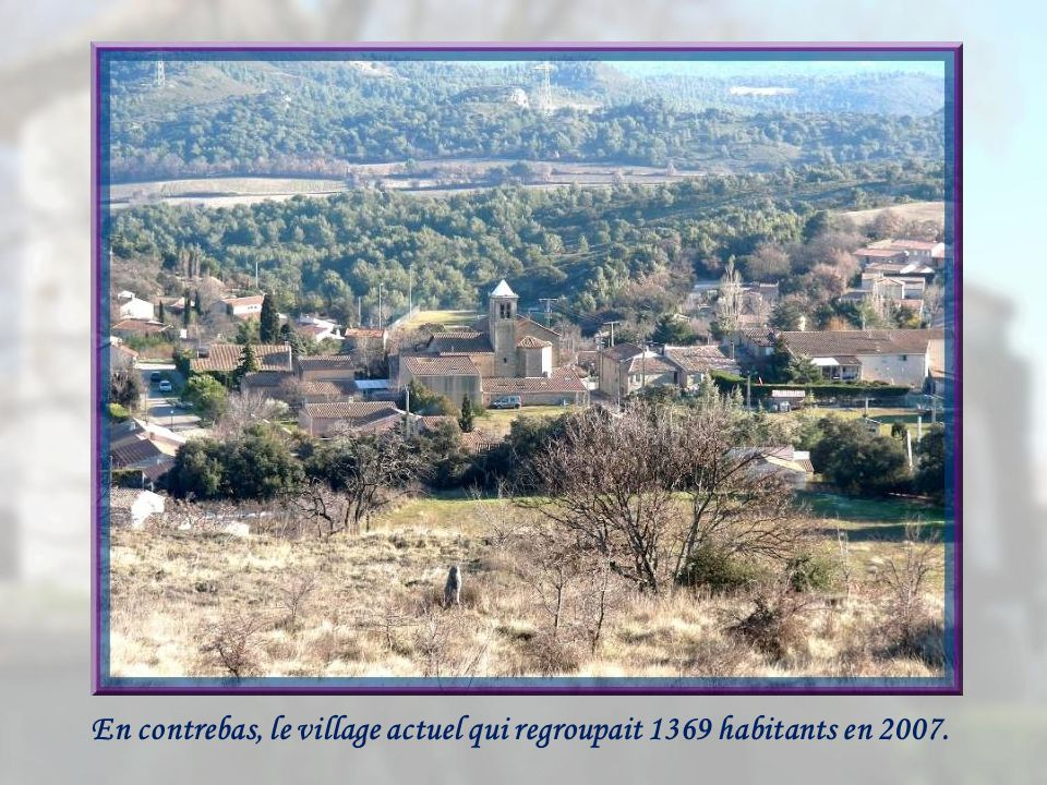 En contrebas, le village actuel qui regroupait 1369 habitants en 2007.