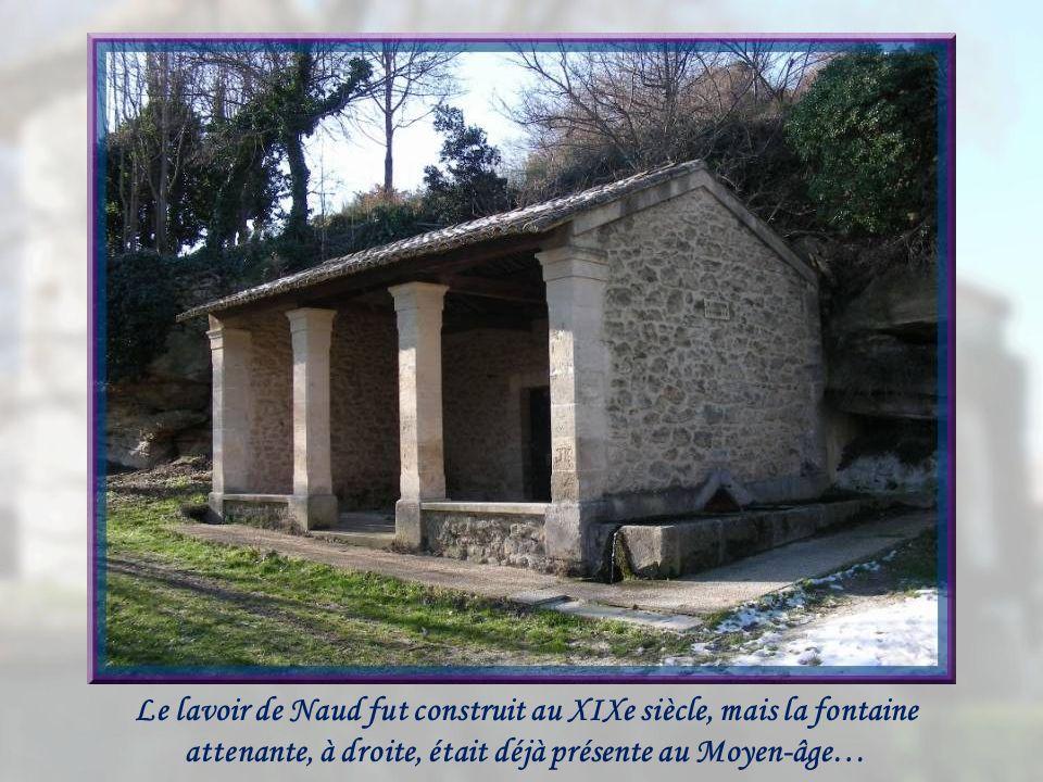 Le lavoir de Naud fut construit au XIXe siècle, mais la fontaine attenante, à droite, était déjà présente au Moyen-âge…