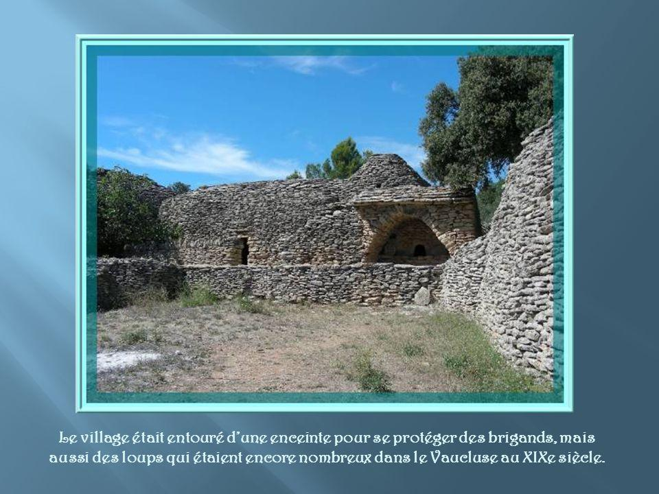 Le village était entouré d'une enceinte pour se protéger des brigands, mais aussi des loups qui étaient encore nombreux dans le Vaucluse au XIXe siècle.