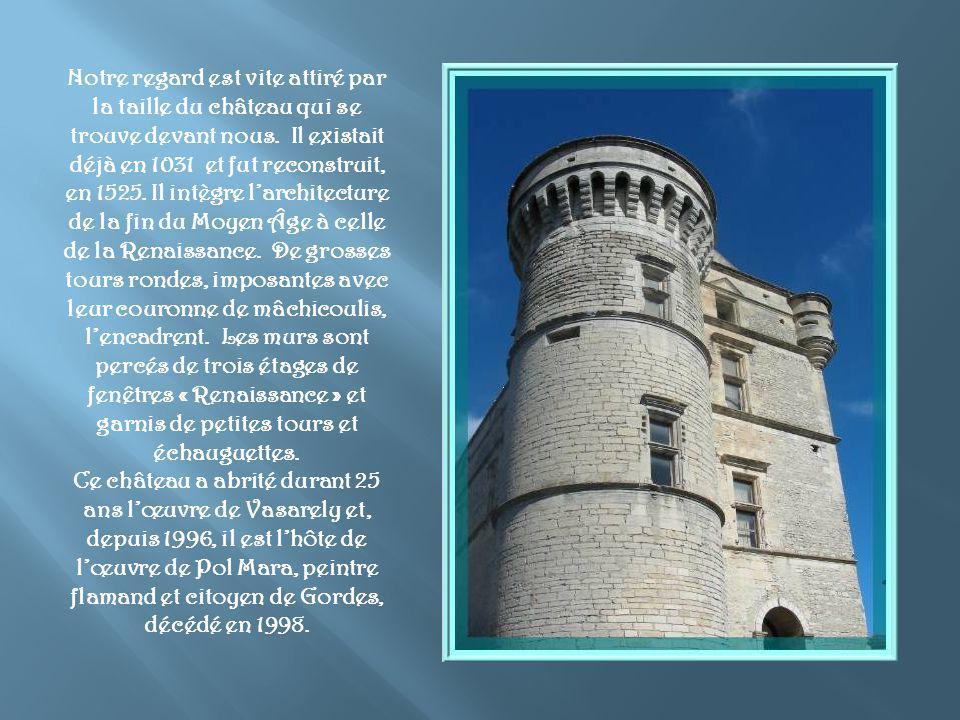 Notre regard est vite attiré par la taille du château qui se trouve devant nous. Il existait déjà en 1031 et fut reconstruit, en 1525. Il intègre l'architecture de la fin du Moyen Âge à celle de la Renaissance. De grosses tours rondes, imposantes avec leur couronne de mâchicoulis, l'encadrent. Les murs sont percés de trois étages de fenêtres « Renaissance » et garnis de petites tours et échauguettes.