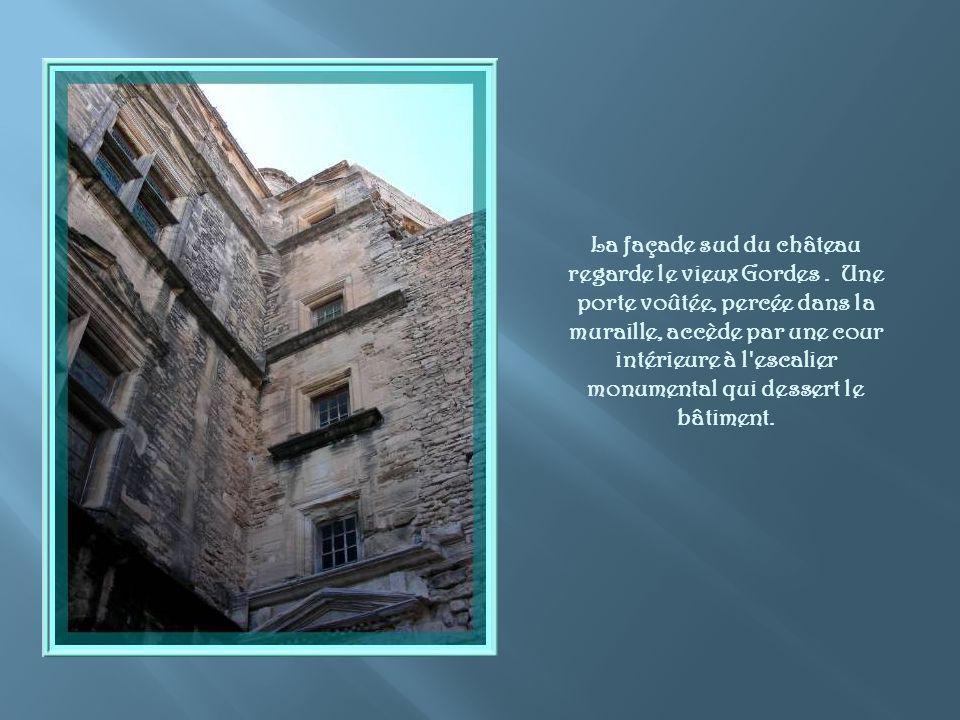 La façade sud du château regarde le vieux Gordes