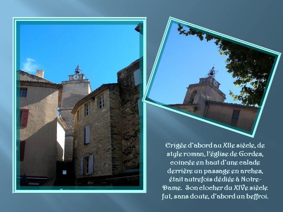 Erigée d'abord au XIIe siècle, de style roman, l église de Gordes, coincée en haut d'une calade derrière un passage en arches, était autrefois dédiée à Notre-Dame.