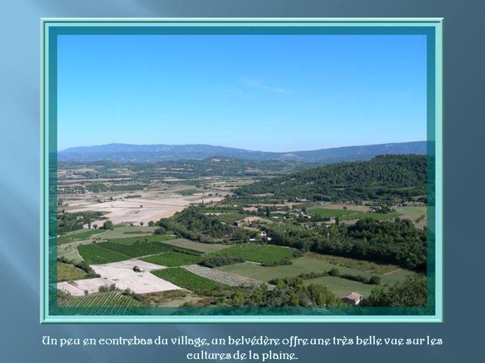 Un peu en contrebas du village, un belvédère offre une très belle vue sur les cultures de la plaine.