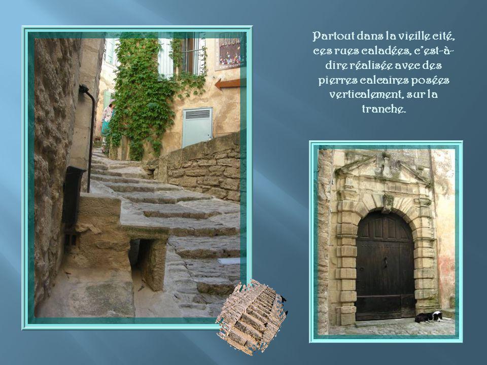 Partout dans la vieille cité, ces rues caladées, c'est-à-dire réalisée avec des pierres calcaires posées verticalement, sur la tranche.