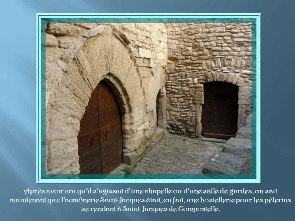 Après avoir cru qu'il s'agissait d'une chapelle ou d'une salle de gardes, on sait maintenant que l aumônerie Saint-Jacques était, en fait, une hostellerie pour les pèlerins se rendant à Saint-Jacques de Compostelle.