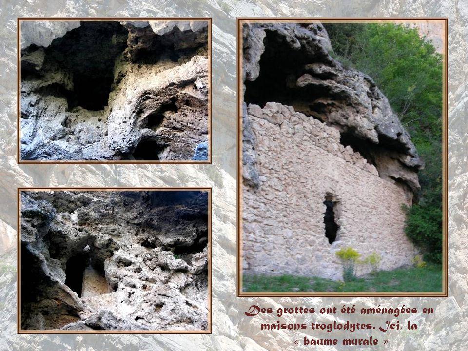 Des grottes ont été aménagées en maisons troglodytes. Ici, la