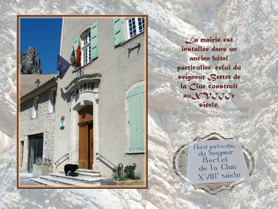 La mairie est installée dans un ancien hôtel particulier, celui du seigneur Bertet de la Clue construit auXVIIIe siècle.