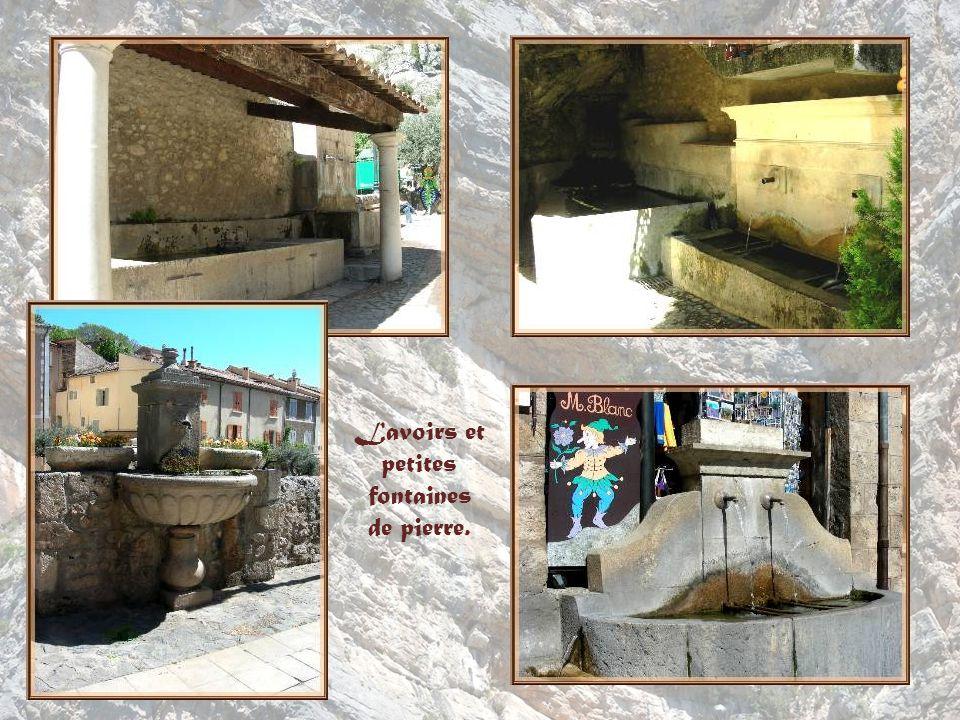 Lavoirs et petites fontaines de pierre.