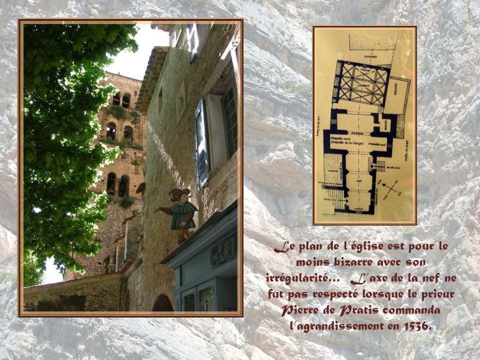 Le plan de l'église est pour le moins bizarre avec son irrégularité… L'axe de la nef ne fut pas respecté lorsque le prieur Pierre de Pratis commanda l'agrandissement en 1536.