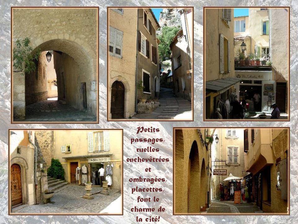 Petits passages, ruelles enchevêtrées et ombragées, placettes, font le charme de la cité!