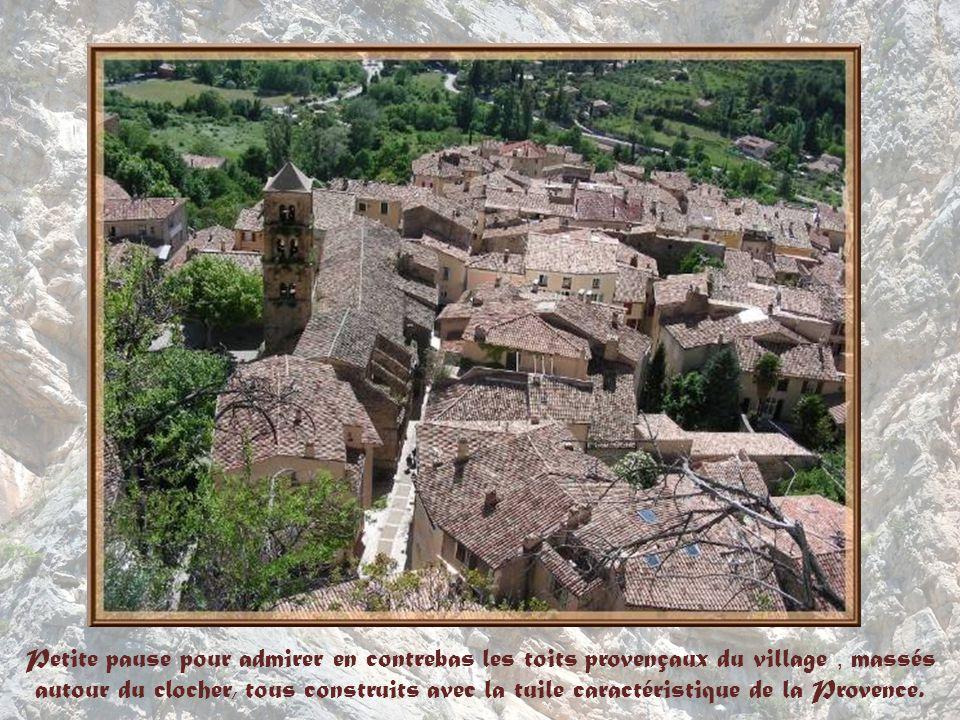 Petite pause pour admirer en contrebas les toits provençaux du village , massés autour du clocher, tous construits avec la tuile caractéristique de la Provence.