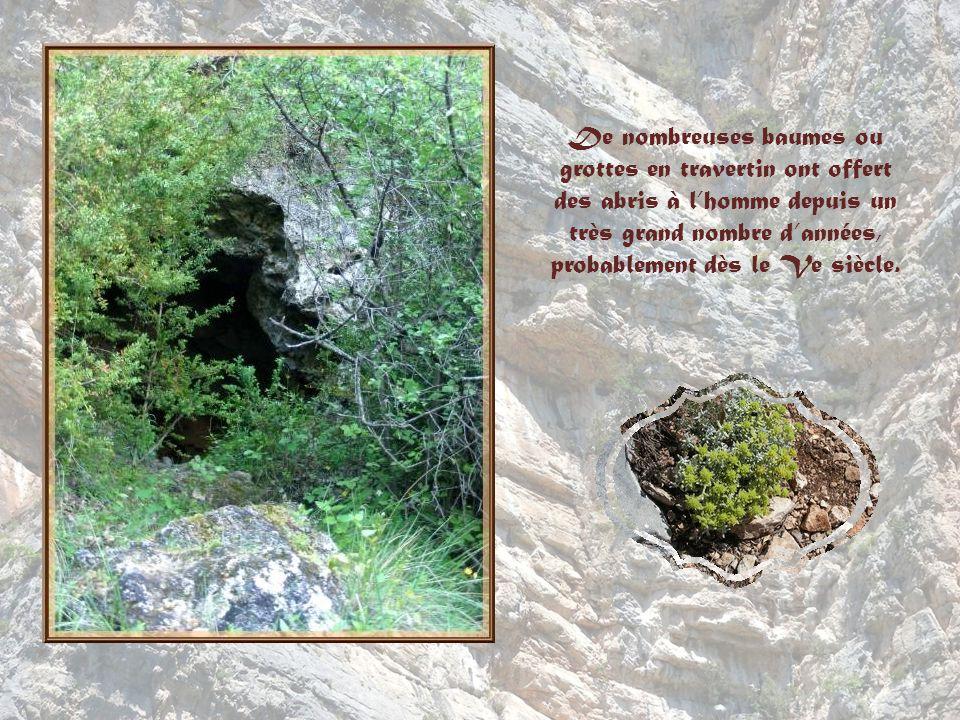 De nombreuses baumes ou grottes en travertin ont offert des abris à l'homme depuis un très grand nombre d'années, probablement dès le Ve siècle.