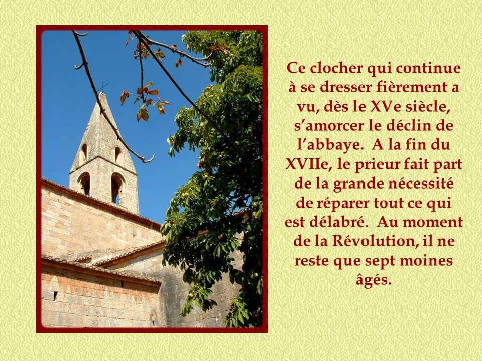 Ce clocher qui continue à se dresser fièrement a vu, dès le XVe siècle, s'amorcer le déclin de l'abbaye.