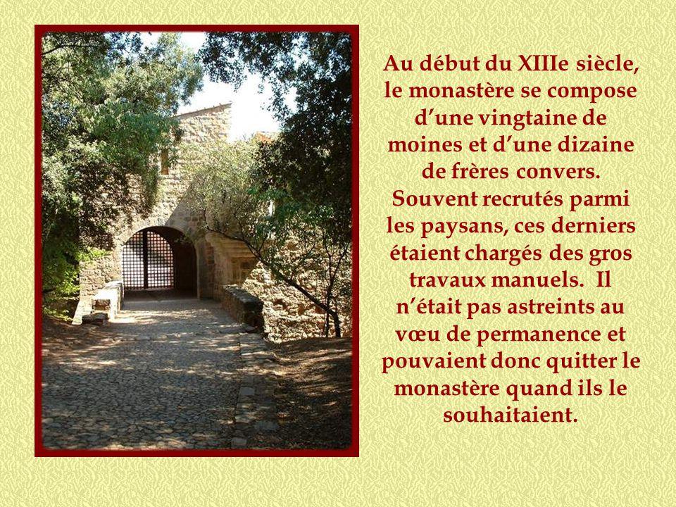Au début du XIIIe siècle, le monastère se compose d'une vingtaine de moines et d'une dizaine de frères convers.