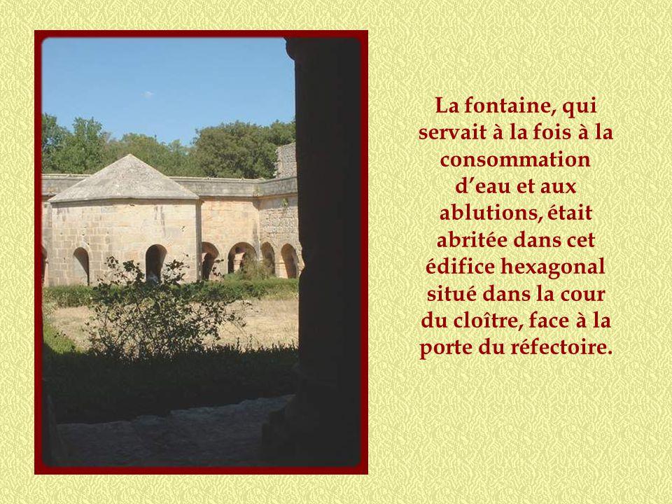 La fontaine, qui servait à la fois à la consommation d'eau et aux ablutions, était abritée dans cet édifice hexagonal situé dans la cour du cloître, face à la porte du réfectoire.