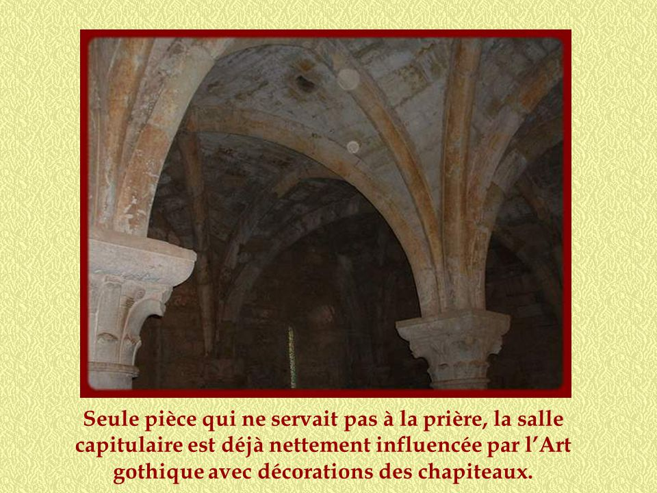 Seule pièce qui ne servait pas à la prière, la salle capitulaire est déjà nettement influencée par l'Art gothique avec décorations des chapiteaux.