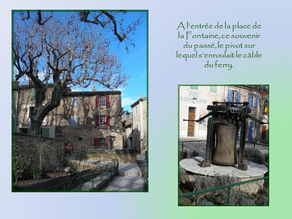 A l'entrée de la place de la Fontaine, ce souvenir du passé, le pivot sur lequel s'enroulait le câble du ferry.