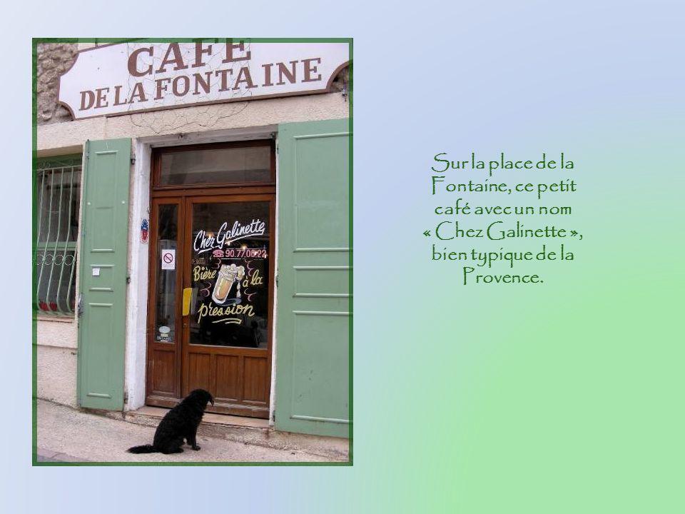 Sur la place de la Fontaine, ce petit café avec un nom « Chez Galinette », bien typique de la Provence.