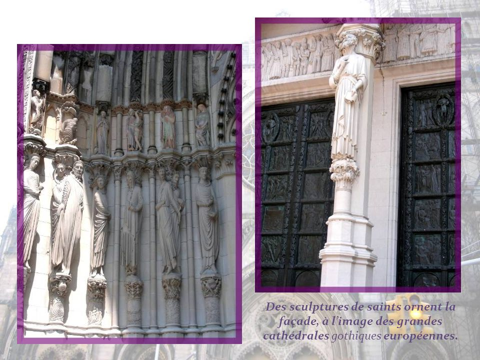 Des sculptures de saints ornent la façade, à l'image des grandes cathédrales gothiques européennes.